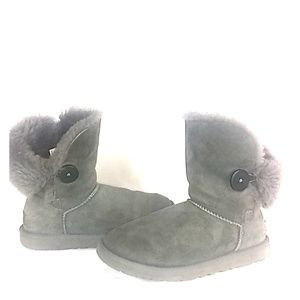 UGG - Bailey 2 - wood button closure. Size 6